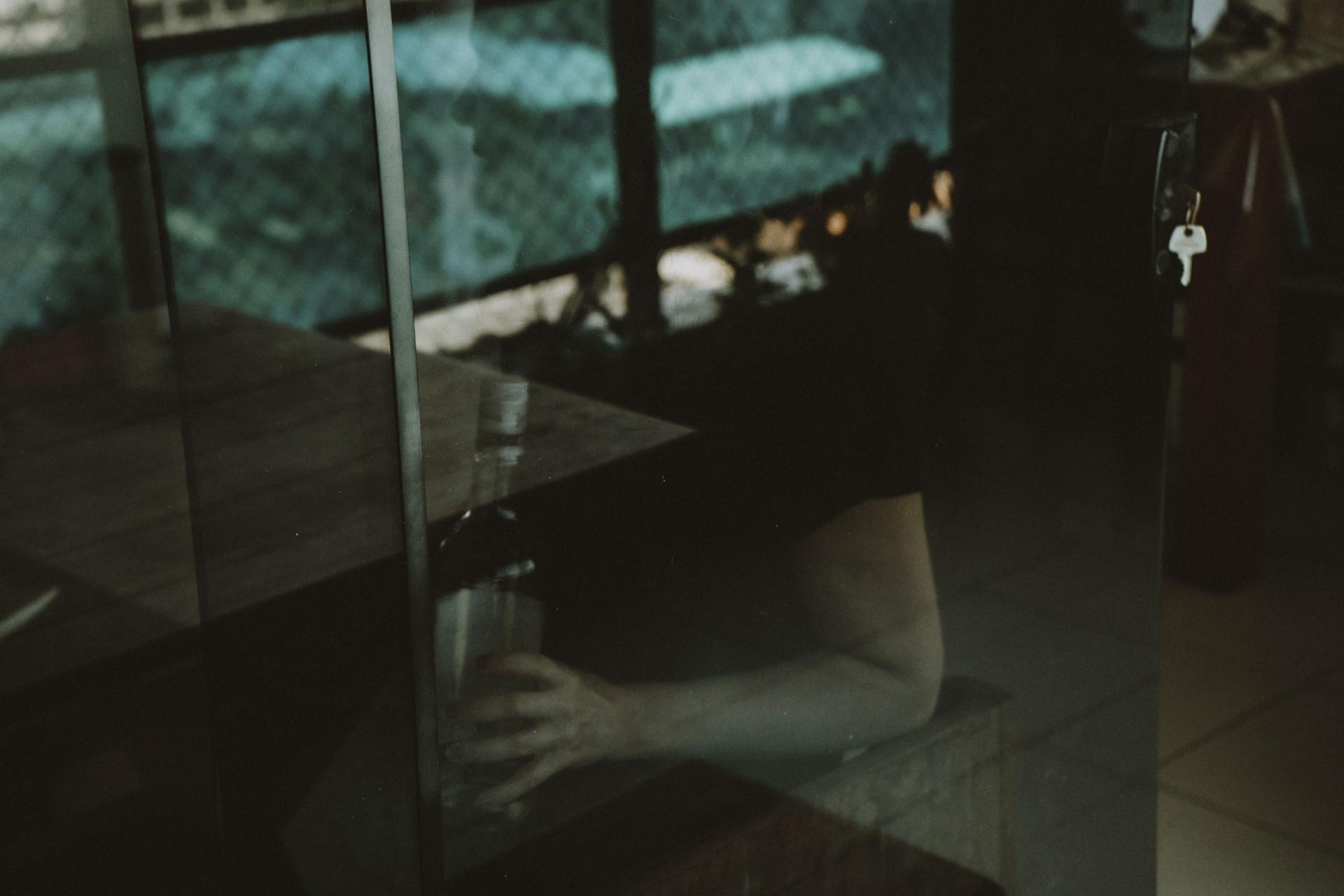 FORTALEZA - CE, BRASIL, 22-09-2020: Aumento do uso de drogas ilícitas e lícitas durante a pandemia. Imagem de reflexo de uma pessoa com uma garrafa de bebida nas mãos.  (Foto: Júlio Caesar / O Povo)