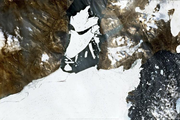 Gelo se quebrando na geleira no nordeste da Groenlândia em 27 de agosto de 2020 (Foto: AFP)