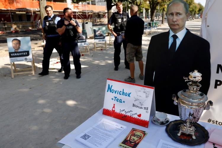 Um pôster com uma foto do líder da oposição russa Alexei Navalny  com a manchete