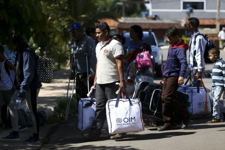 Grupo de 46 migrantes venezuelanos chega a Brasília, onde serão acolhidos e encaminhados às casas de passagem alugadas pela Cáritas Brasileira e pela Cáritas Suíça, com o apoio do Departamento de Estado dos Estados Unidos. (Foto: Marcelo Camargo/Agência Brasil)