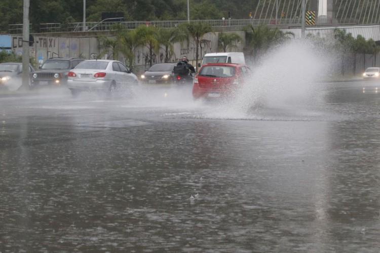 Frente fria traz tempestade, ventania e causa alagamentos no Rio de Janeiro. Acesso à Avenida Armando Lombardi com bolsão d'água prejudica o trânsito de veículos e pedestres na Barra da Tijuca. (Foto: Fernando Frazão/Agência Brasil)