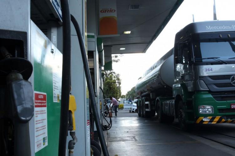 Caminhão-tanque abastece posto de combustivel no Plano Piloto, região central da capital (Foto: Marcello Casal Jr/Agência Brasil)