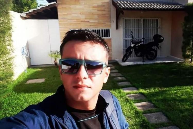 Frank Dellano foi interceptado por assaltantes que fizeram uma barreira na via.   (Foto: via WhatsApp O POVO )