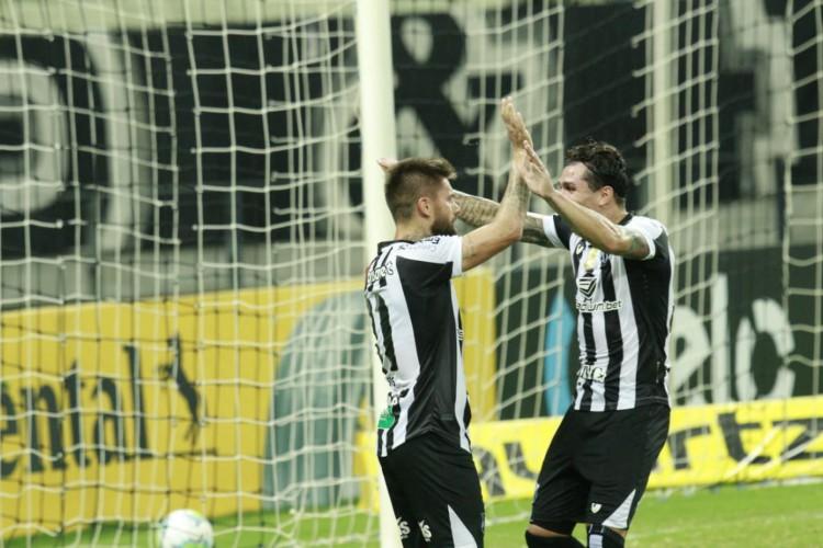Vina e Sobis foram a dupla de assistência e gol na vitória do Ceará contra o Brusque (Foto: Julio Caesar/ O POVO)