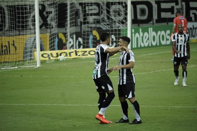Bergson celebra gol marcado com assistência de Felipe Baxola.  (Foto: Julio Caesar/ O POVO)