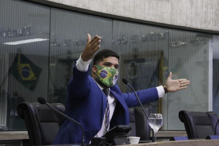 FERNANDES retornou ao plenário subindo o tom contra Sarto, candidato do PDT em Fortaleza (Foto: FOTOS Thais Mesquita)