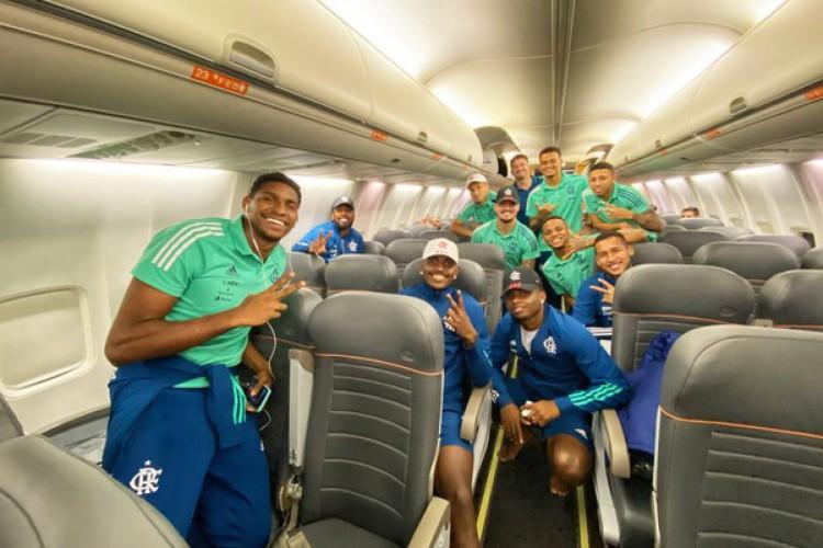 Jogadores do Flamengo pousam para foto sem máscaras. (Foto: Twitter/ Flamengo)