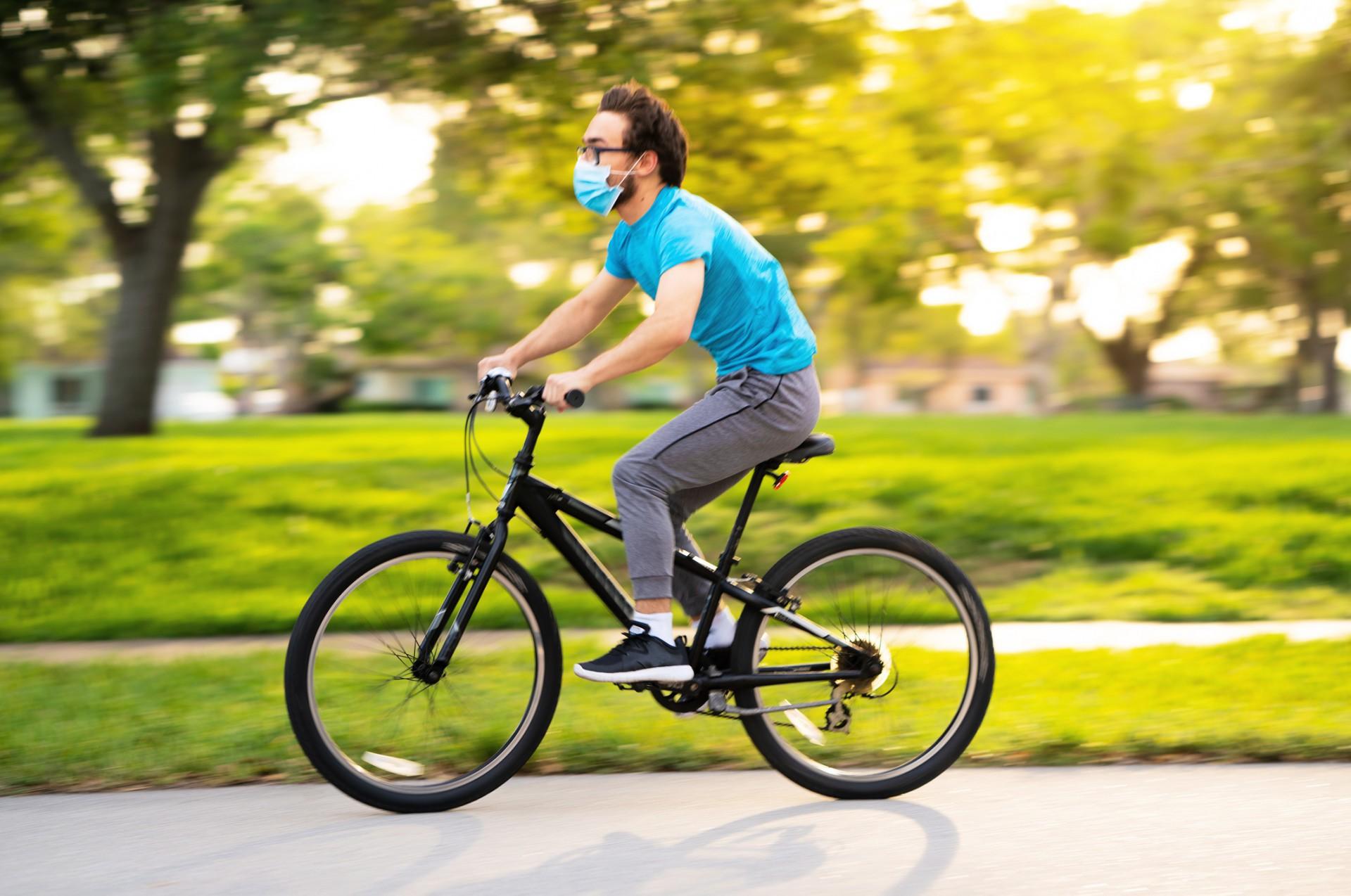 Ao usar a bicicleta, use máscara e evite tocar olhos, boca e nariz