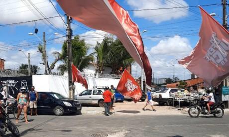 Militantes estão concentrados próximo à Feira da Parangaba