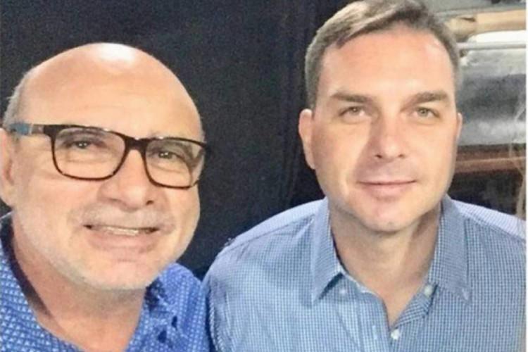 Fabrício Queiroz e Flávio Bolsonaro são acusados pelos crimes de lavagem de dinheiro, peculato e organização criminosa em atividades ilícitas durante mandado de Flávio na Alerj (Foto: Reprodução / Facebook)