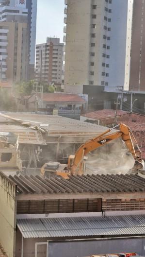 Processo de demolição do prédio teve inicio nesta terça (Foto: Aurélio Alves)
