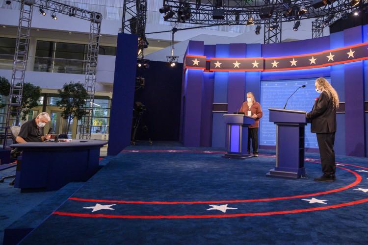 O palco do primeiro debate presidencial dos EUA é visto nos bastidores, conforme os trabalhadores completam os retoques finais em 28 de setembro de 2020 em Cleveland, Ohio (Foto: AFP)
