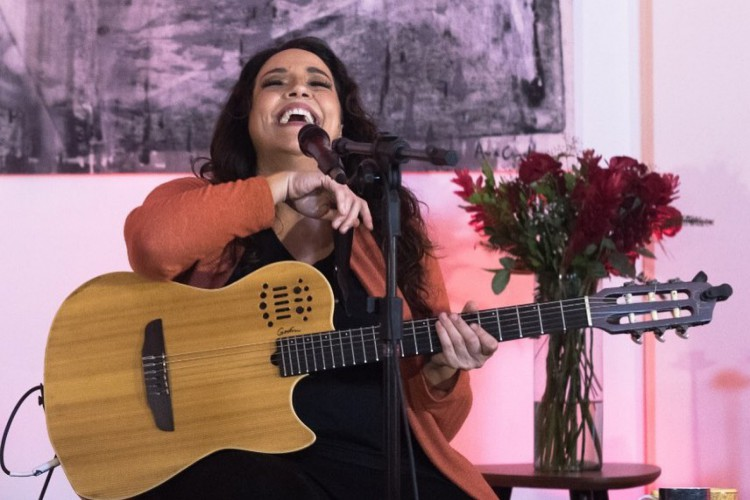 Além de Ana Carolina, confira a lista completa dos artistas nacionais e internacionais que realizam live hoje, terça-feira, 29 de setembro (Foto: Reprodução Instagram / Leandro Ribeiro )