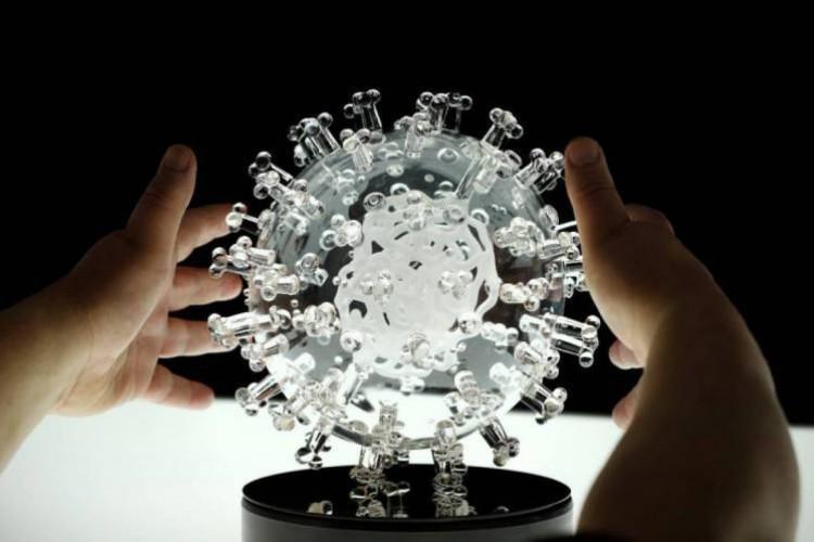 Imagem de um protótipo aumentado do coronavírus. Há poucos registros de reinfecções até o momento, dentre os mais de 37 milhões de casos confirmados no mundo desde o início da pandemia, em dezembro de 201 (Foto: Foto: AFP)