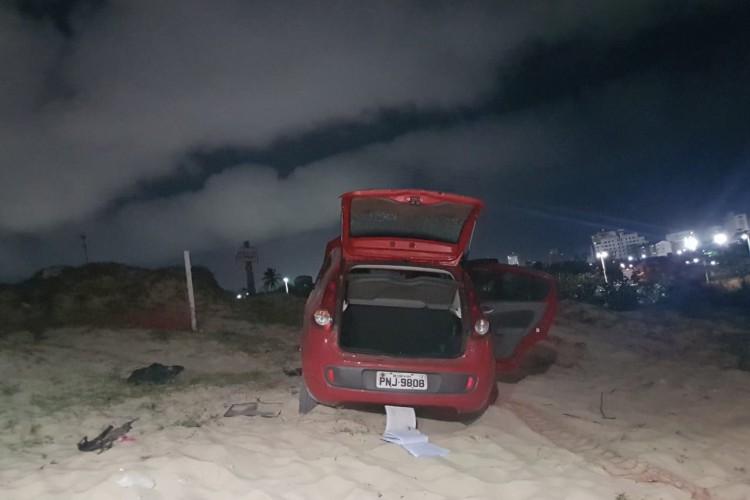 Ao menos quatro pessoas morreram após intenso tiroteio na região da Praia do Futuro na noite desta terça-feira, 29. Próximo aos corpos, um veículo roubado foi encontrado. (Foto: WhatsApp O POVO)