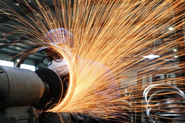 Homem usando máscara de proteção trabalha numa usina siderúrgica. 2/3/2020. China Daily via REUTERS (Foto: China Daily/REUTERS)