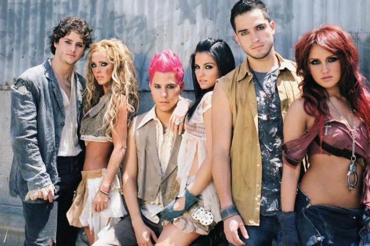 O grupo é originalmente composto por 6 integrantes, porém Dulce Maria e Alfonso Herrera não poderão comparecer à transmissão (Foto: Divulgação)