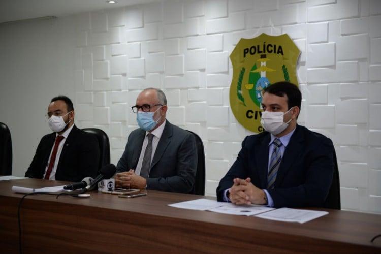 O delegado geral da Polícia Civil Marcus Rattacazo (ao centro), diretor de Polícia Judiciária Metropolitana George Monteiro (à direita) e Gregório Neto, diretor adjunto do DPJM (à esquerda), em coletiva de imprensa  (Foto: Foto: Ascom/SSPDS)