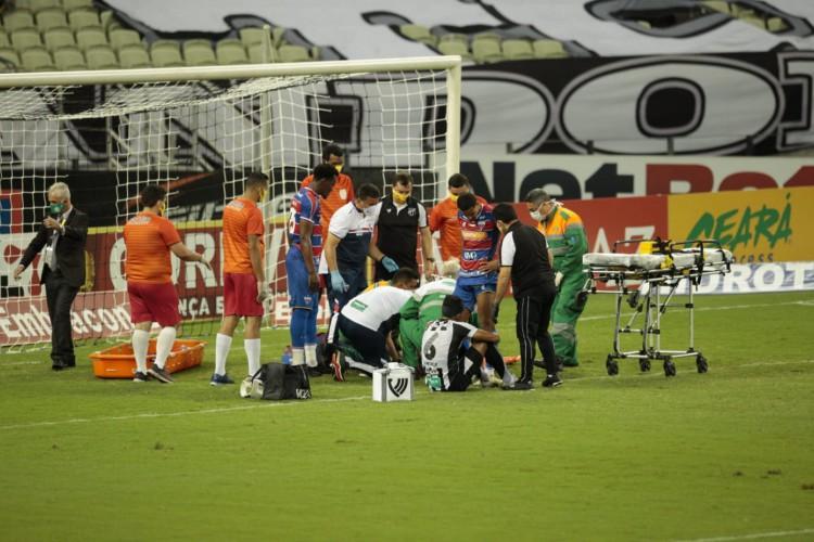 Bruno Melo e Bruno Pacheco são atendidos em campo após choque de cabeças (Foto: Aurélio Alves / O POVO)
