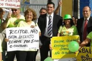 Os advogados Clovis Renato Costa Farias e Thiago Pinheiro ao lado de manifestantes durante um dos atos nos cinco anos de mobilização