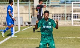 Deysinho comemora gol do Floresta