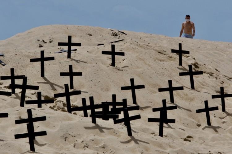FORTALEZA, CE, BRASIL, 21.06.2020: Profissionais da saúde fizeram protesto na praia de Iracema sobre mortes por Covid-19 no Brasil (Foto: Fabio Lima)