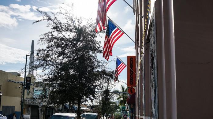 Rua de Little Havana, em Miami, na Flórida, um dos estados-pêndulo e com maior quantidade de votos no Colégio Eleitoral, o que o torna importantíssimo