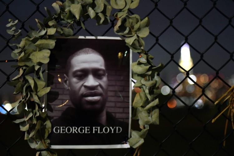 Em 25 de maio de 2020, em Minneapolis, Floyd morreu sufocado sob o joelho do policial branco Derek Chauvin (Foto: Angela Weiss/AFP)