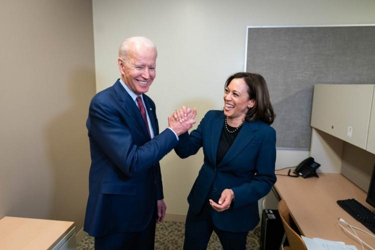 Joe Biden e sua vice-presidente, Kamala Harris. Por suas propostas e postura mais aberta à imigração, Biden é o preferido de imigrantes como o médico cearense Thales Gomes, que pretende viver nos EUA (Foto: Reprodução/Twitter)