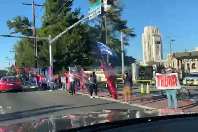 Eleitores de Trump se aglomeram em frente ao hospital onde presidente está internado  (Foto: Reprodução)