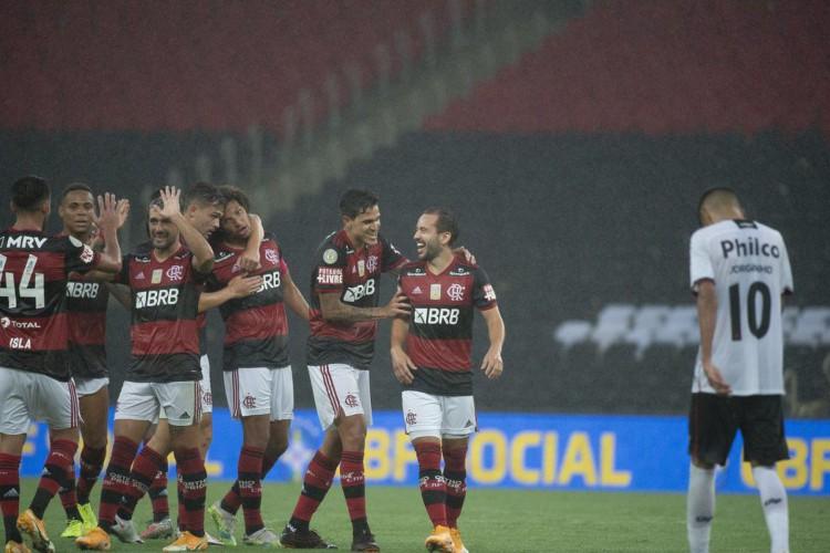 Brasileiro: Flamengo vence Athletico-PR e entra no G4 (Foto: )
