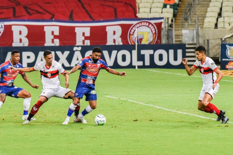 Fortaleza defende a liderança fora de casa contra o Atlético-GO (Foto: CAIO ROCHA/AE)