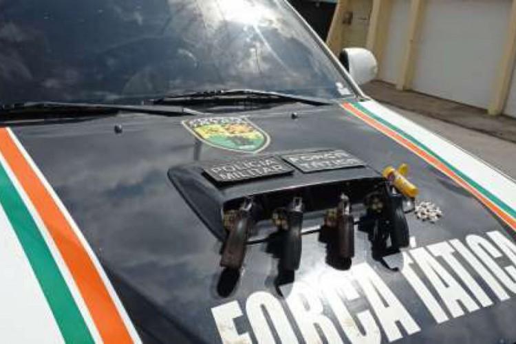 Armas, drogas e munições foram apreendidos com bando suspeito no interior do Ceará (Foto: Reprodução /PMCE)