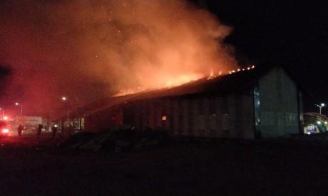 """Incêndio atinge estação ferroviária centenária em Iguatu. Coronel dos Bombeiros acredita ter sido """"ação criminosa"""""""