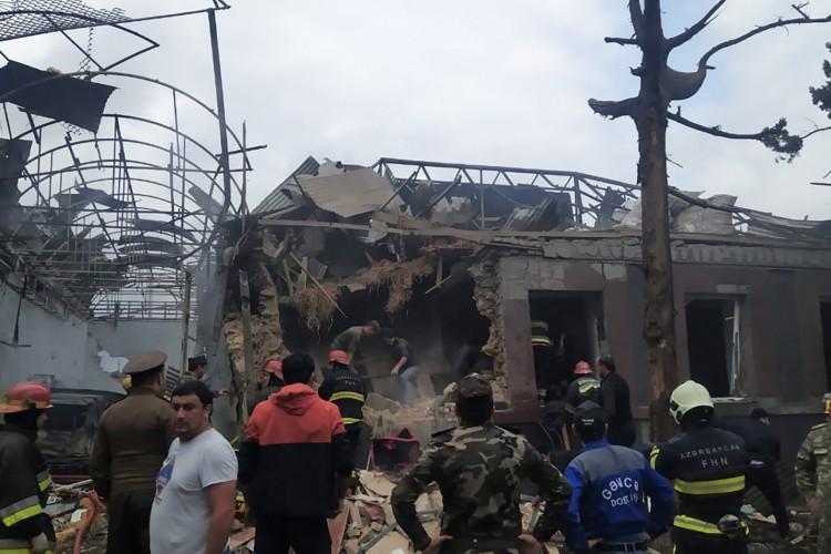 Pessoal de emergência trabalha em uma área danificada da cidade de Ganja após um lançamento de foguete supostamente armênio em 4 de outubro de 2020, durante o conflito em curso entre a Armênia e o Azerbaijão pela região separatista de Nagorno-Karabakh (Foto: AFP)