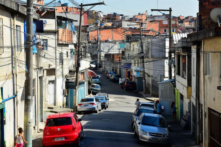 São Paulo - Mobilização nacional contra o Aedes aegypti pelas ruas da comunidade de  Heliópolis. Foi feita uma campanha de conscientização com panfletos para acabar com focos do mosquito (Rovena Rosa/Agência Brasil) (Foto: Rovena Rosa/Agência Brasil)