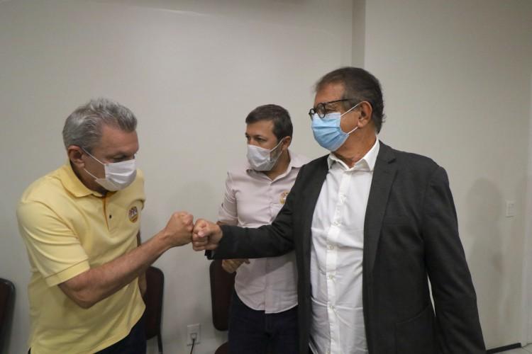 Secretário de Turismo do governo Camilo, Arialdo Pinho (direita) esteve com Sarto na reunião desta segunda-feira (Fabio Lima/O POVO) (Foto: Fabio Lima)