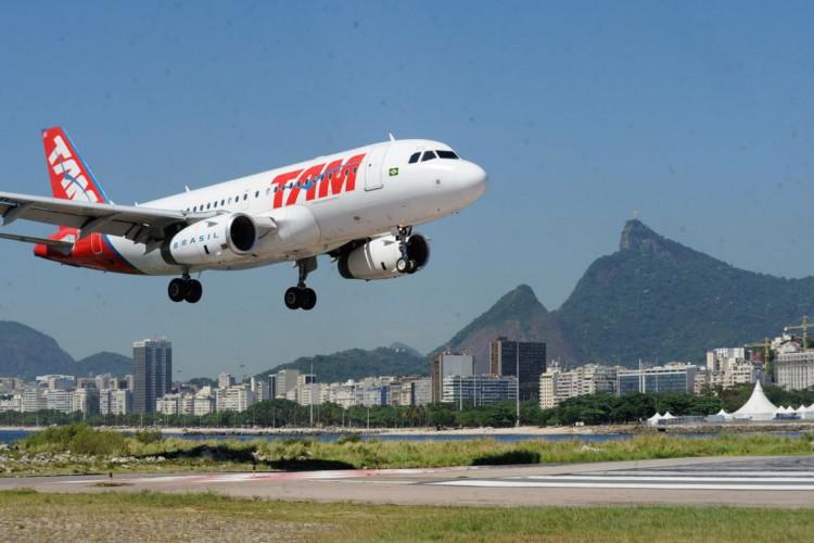 Rio de Janeiro - Pouso e decolagem no aeroporto Santos Dumont. (Foto: Agencia Brasil/Tania Rego)