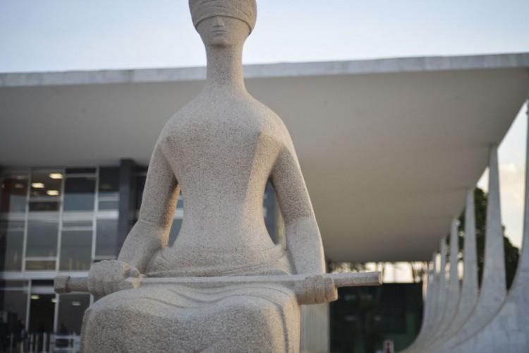 Fachada do Supremo Tribunal Federal (STF) com estátua A Justiça, de Alfredo Ceschiatti, em primeiro plano (Foto: Marcello Casal Jr/Agência Brasil)