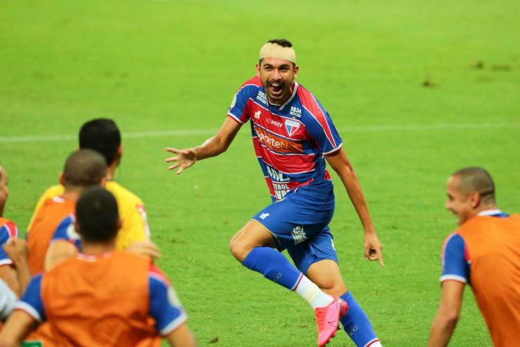 Com a cabeça enfaixada após concussão em gol diante do Ceará, Bruno Melo comemora o tento da vitória sobre o Galo (Foto: FOTOS Julio Caesar)