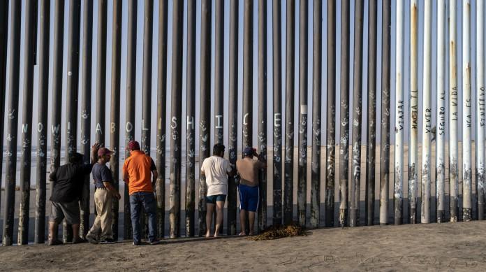 Um dos maiores fluxos migratórios rumo aos EUA é da América Latina. Qualquer reforma no sistema de migração precisa do aval do Congresso. Na imagem, o muro na fronteira com o México