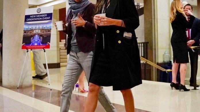 As congressistas Ilhan Omar e Alexandria Ocasio-Cortez, sucesso nas redes sociais, foram eleitas em 2018, quando os democratas ganharam maioria na Câmara
