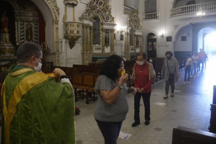 Igrejas voltam a celebrar missas com presença de fieis no Rio de Janeiro. Igreja Matriz de Nossa Senhora da Glória, no Largo do Machado, zona sul da cidade. (Foto: Tânia Rêgo/Agência Brasil)