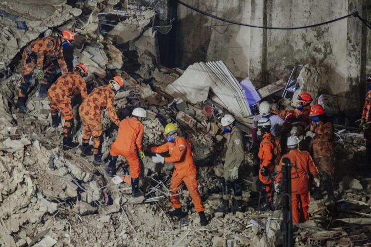 Bombeiros trabalham durante a noite a procura de sobreviventes nos escombros do edifício Andrea (Foto: JÚLIO CAESAR)