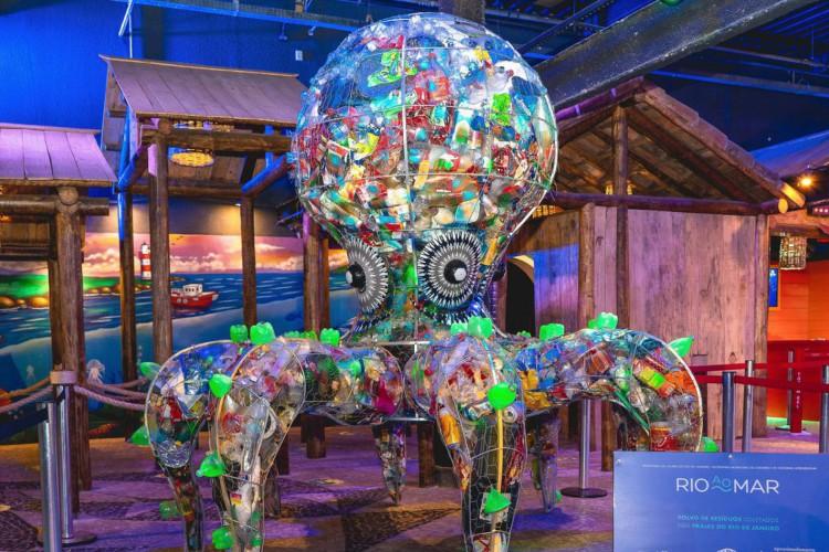 imagens das esculturas gigantes feitas com resíduos recolhidos nas praias (Foto: EU: Experiência Única filmes.)
