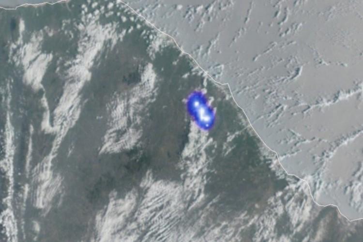 IMAGEM captada do satélite Geo Estacionário Meteorológico mostra ponto luminoso sobre a Região do Maciço de Baturité (Foto: REPRODUÇÃO)