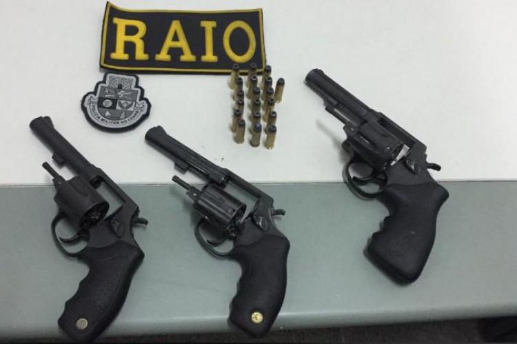 Armas e munição foram apreendidos dentro de veículo no bairro Genibaú