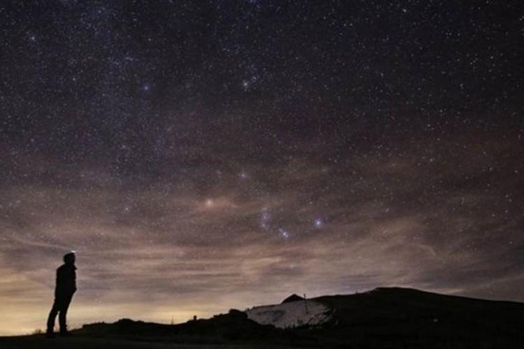 Chuvas de meteoros podem ser vistas quando diversos objetos entram na atmosfera terrestre ao mesmo tempo (Foto: AFP)