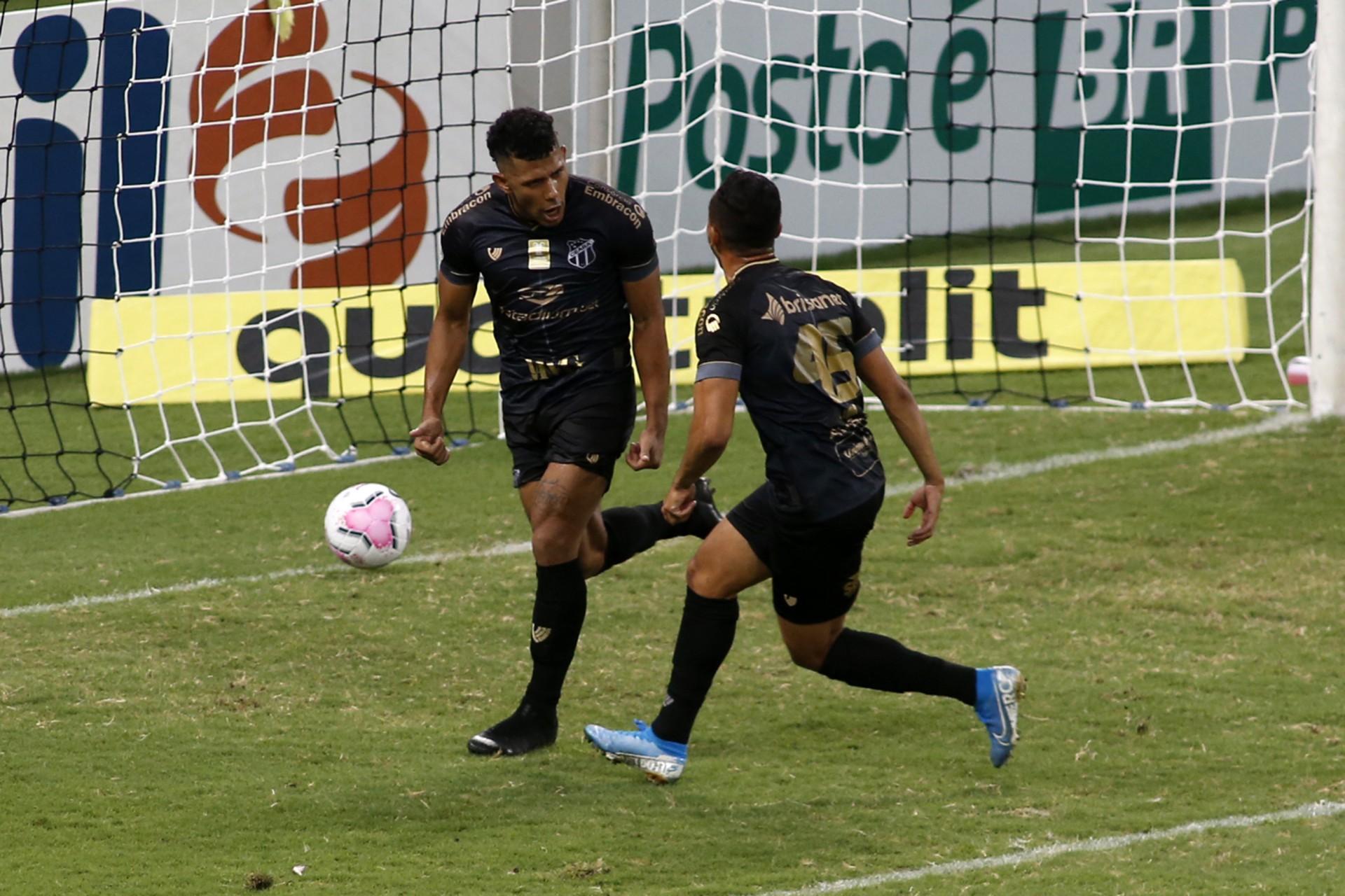 FERNANDO Sobral (alto) marcou o gol da vitória contra o Corinthians