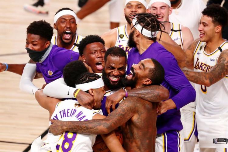 11 de outubro de 2020; Lake Buena Vista, Flórida, EUA; O Los Angeles Lakers comemora sua vitória sobre o Miami Heat após o sexto jogo das finais da NBA de 2020 no AdventHealth Arena. O Los Angeles Lakers venceu por 106-93 para vencer a série. Crédito obrigatório: Kim Klement-USA TODAY Sports TPX IMAGES OF THE DAY (Foto: Reuters/ Kim Klement-USA TODAY Sports)